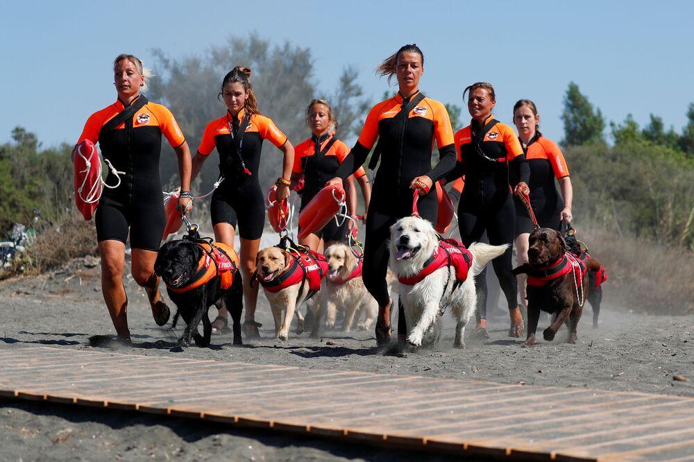 Donne della Scuola Italiana Cani Salvataggio ad una sessione di addestramento di cani a Riva dei Tarquini (VT).