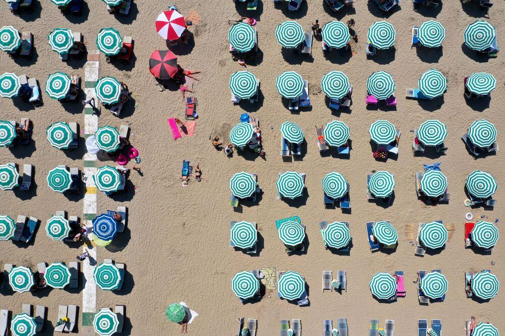 Ombrelloni in una spiaggia in Albania.