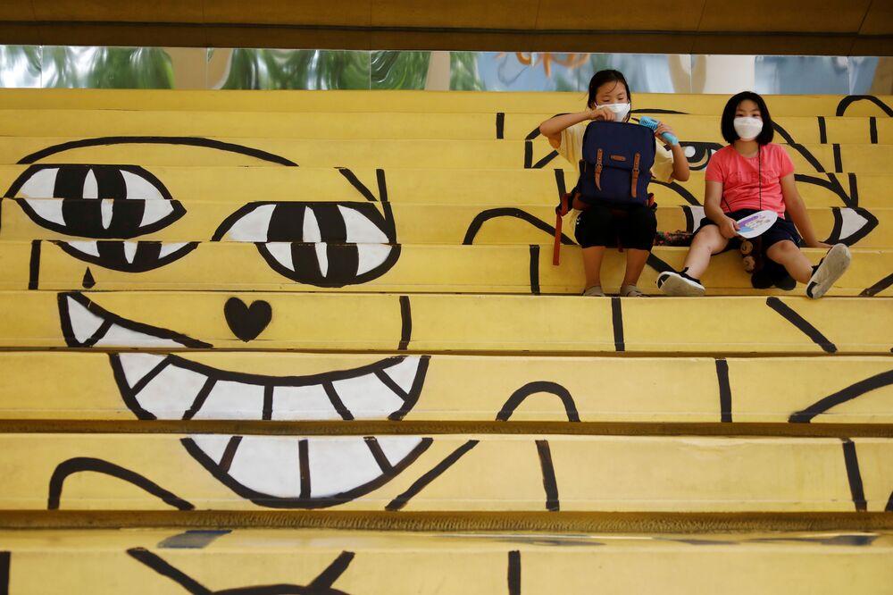 Studenti sudcoreani con le mascherine.