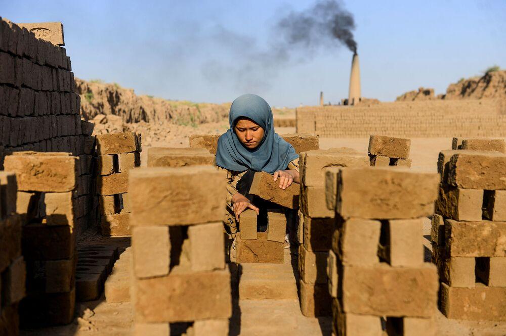 Una giovane ragazza lavora a Herat, in Afghanistan.