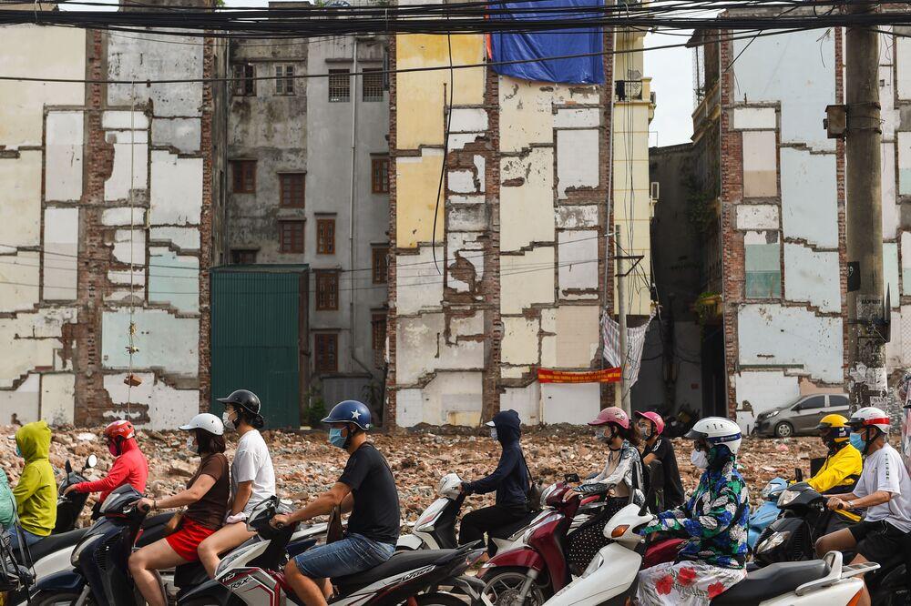 Ragazzi sui motorini ad Hanoi, Vietnam.