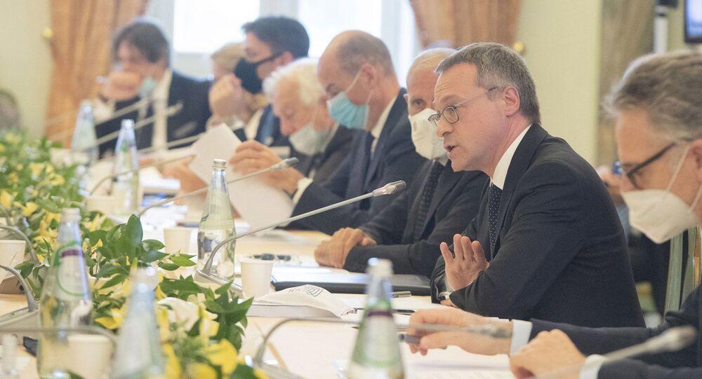 Il presidente di Confindustria Bonomi in un tavolo di confronto con il governo