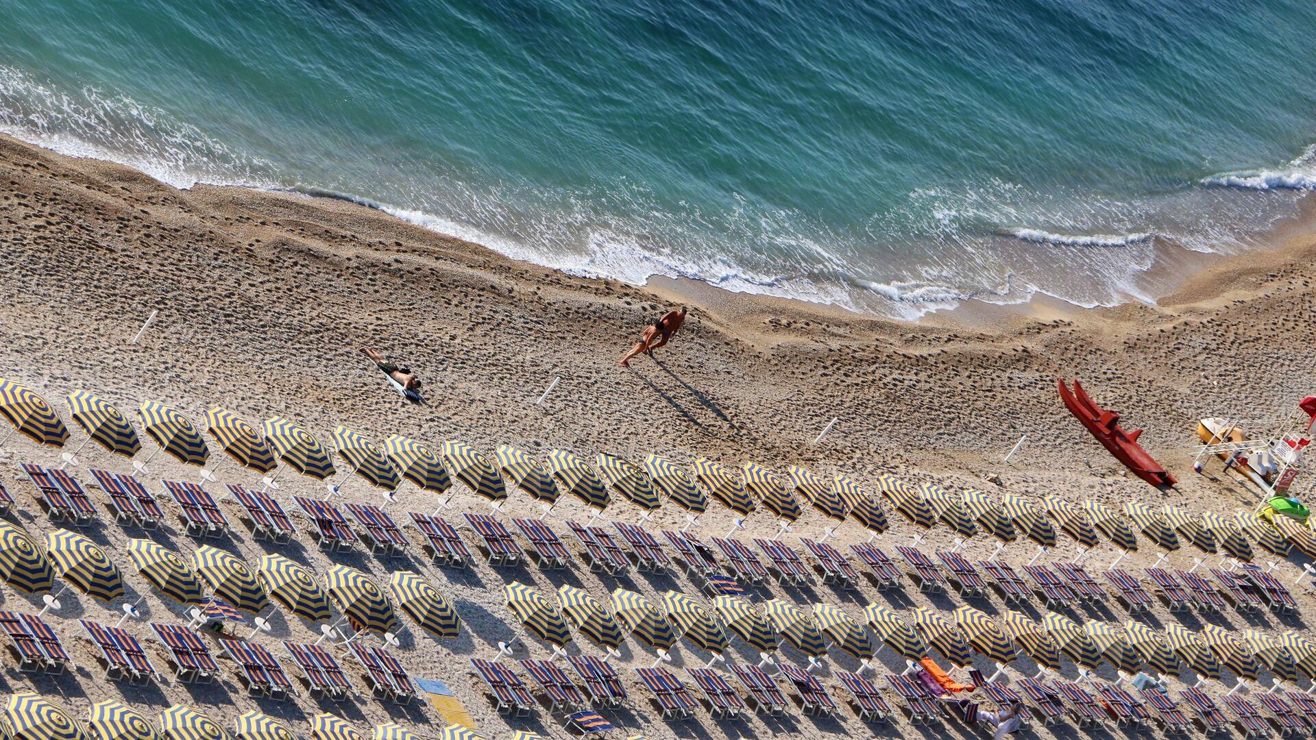 Una spiaggia quasi vuota - Sputnik Italia, 1920, 20.05.2021