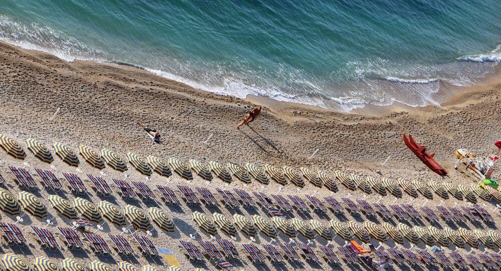 Una spiaggia quasi vuota