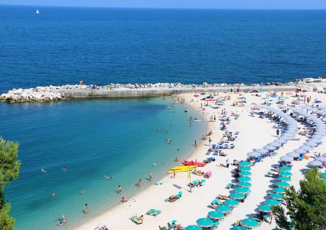Una spiaggia piena di bagnanti