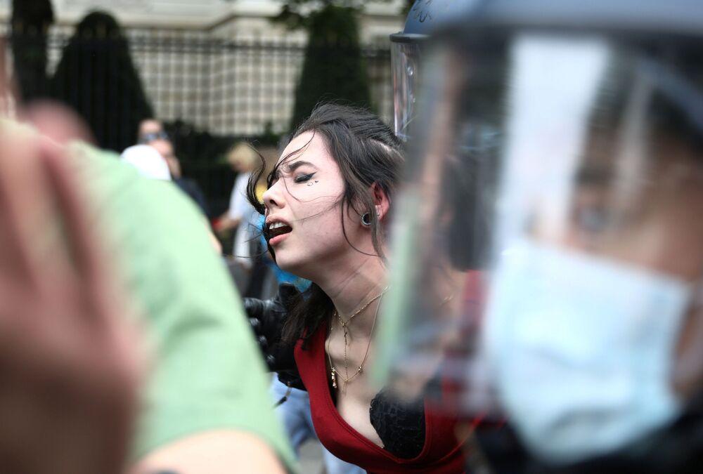 L'arresto di una manifestante durante la protesta contro le restrizioni anti-Covid a Berlino
