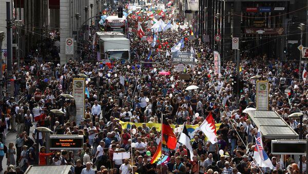 Участники протеста против ограничений из-за COVID-19 в Берлине  - Sputnik Italia