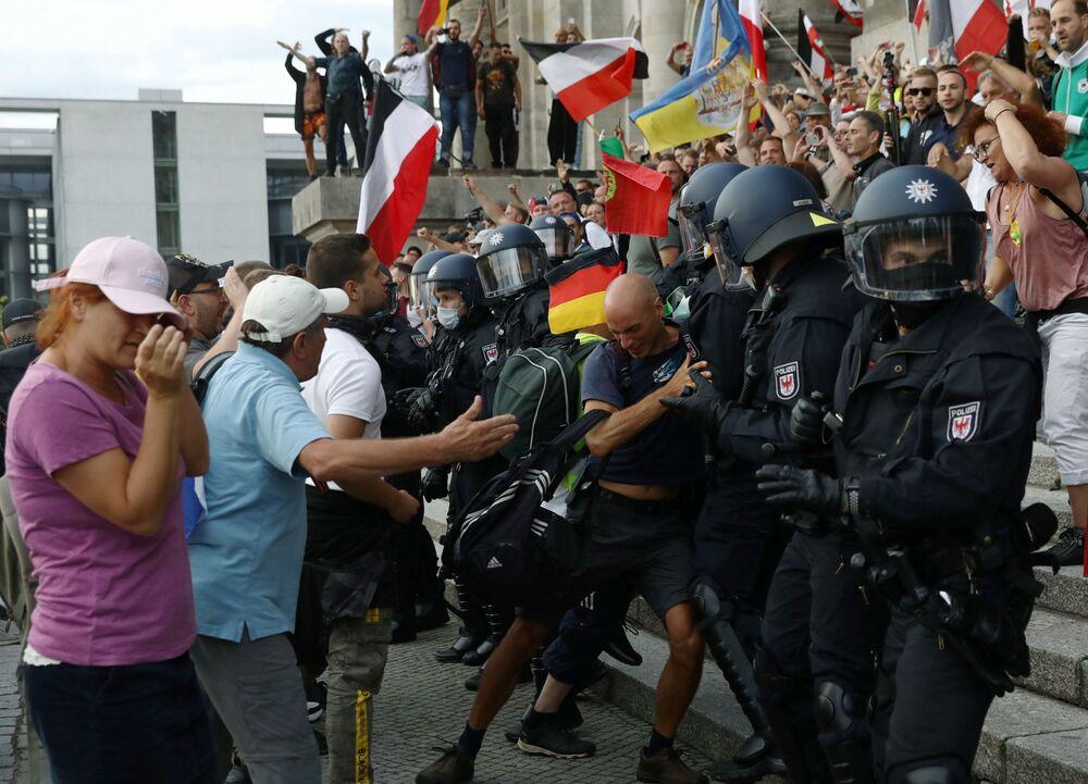 Gli scontri tra la polizia e i manifestanti a Berlino durante la protesta contro le restrizioni anti-Covid