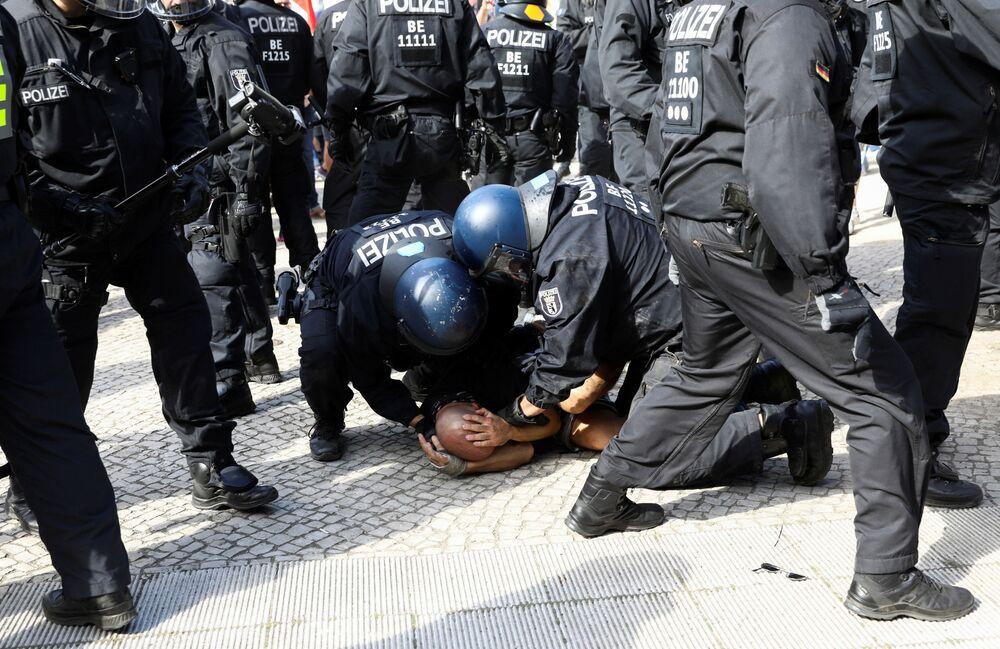 L'arresto di un manifestante durante la protesta contro le restrizioni anti-Covid a Berlino
