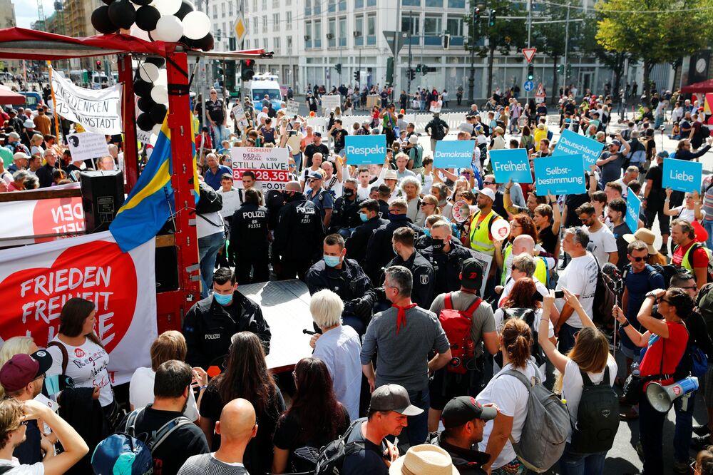 Berlino, protesta contro le restrizioni anti-Covid