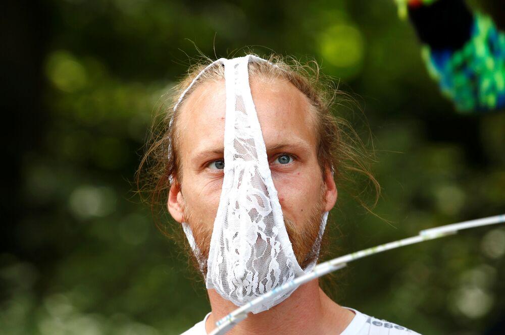 Un partecipante ad una protesta contro le restrizioni anti-Covid a Berlino