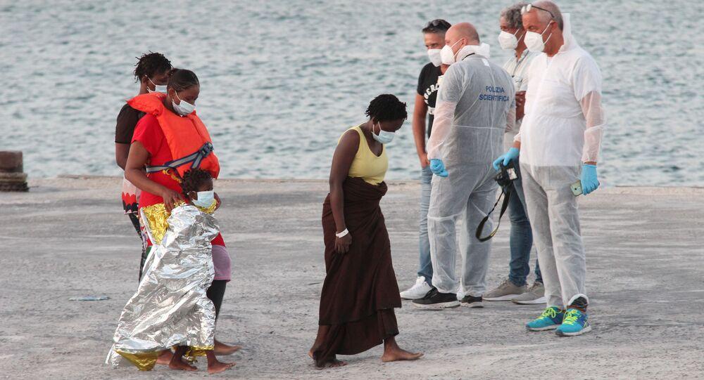 Migranti salvati dalla Louise Michel a Lampedusa
