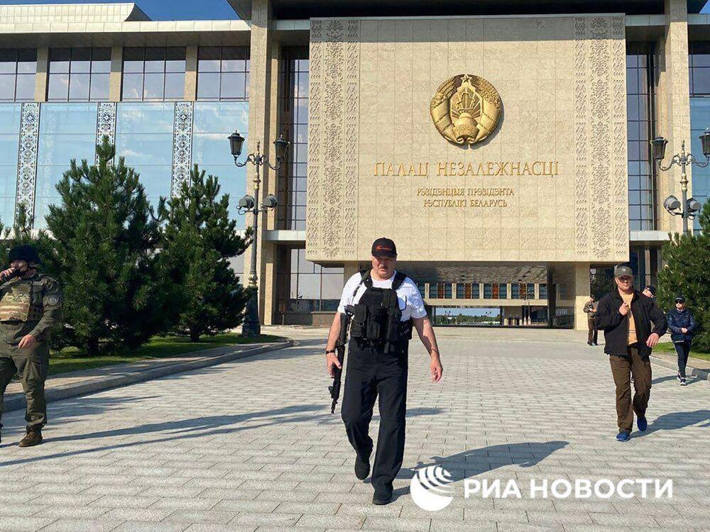 Bielorussia, ufficio stampa di Lukashenko ne condivide la foto con fucile d'assalto
