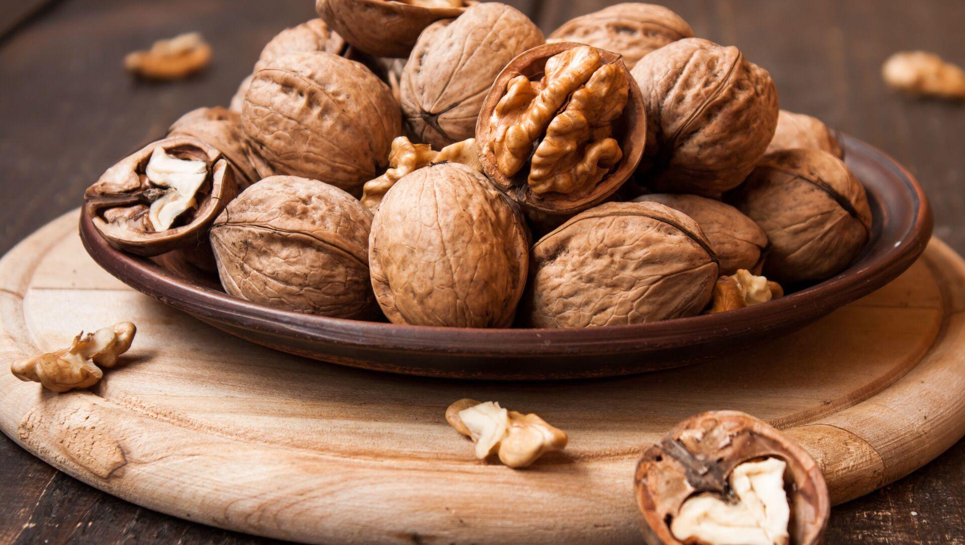 Грецкие орехи на деревянном столе - Sputnik Italia, 1920, 22.02.2021