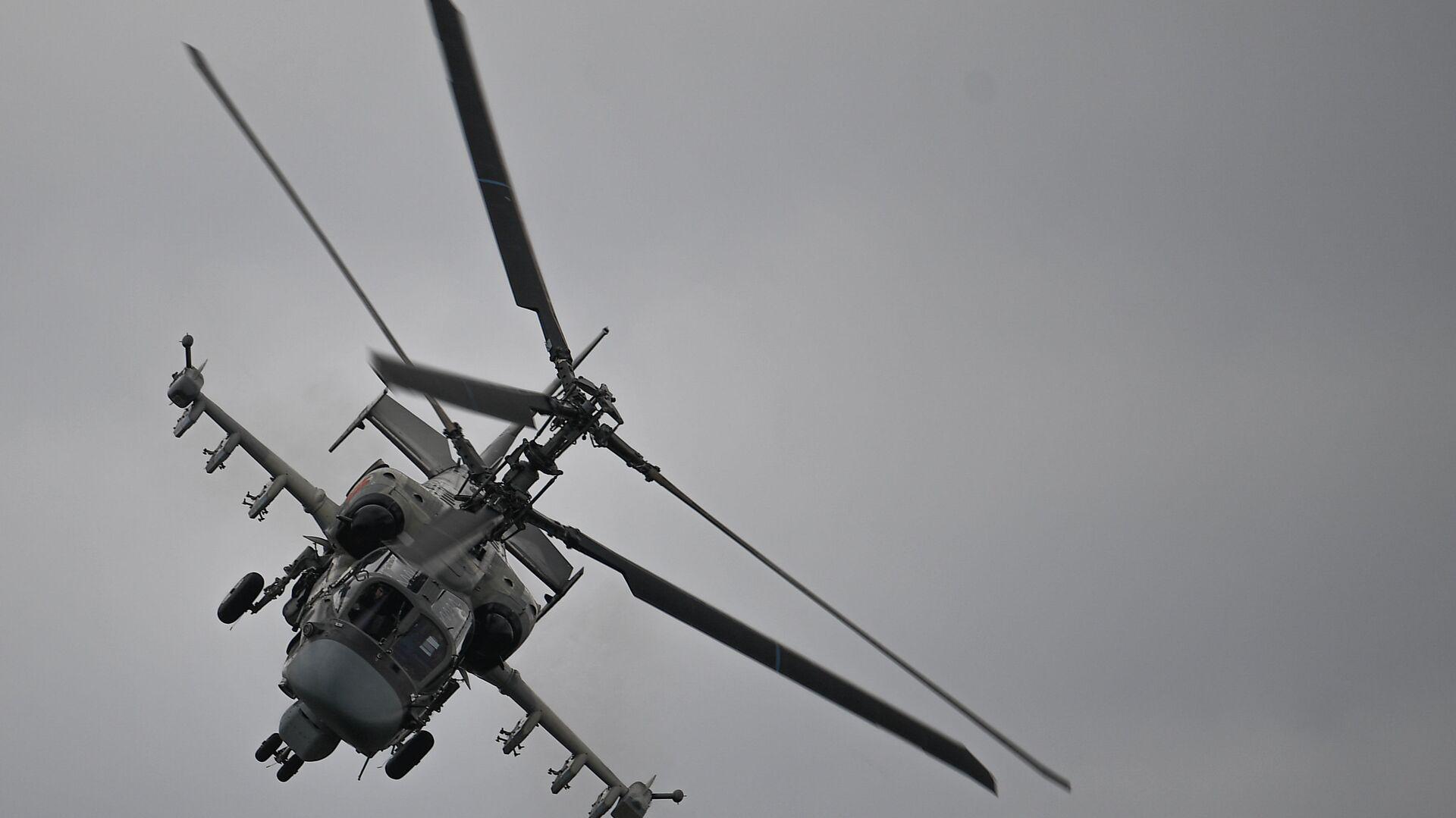 Ударный вертолет Ка-52 Аллигатор выполняет демонстрационный полет в рамках Международного форума Армия-2020 на аэродроме Кубинка в Подмосковье - Sputnik Italia, 1920, 04.09.2021