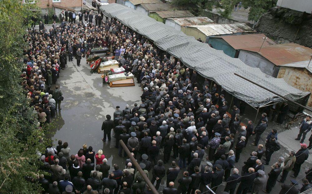 Il primo dei molti funerali fu celebrato il 4 settembre, il giorno successivo la fine della crisi, e molti altri la domenica successiva. Il lunedì seguente vennero sepolte oltre 120 persone.