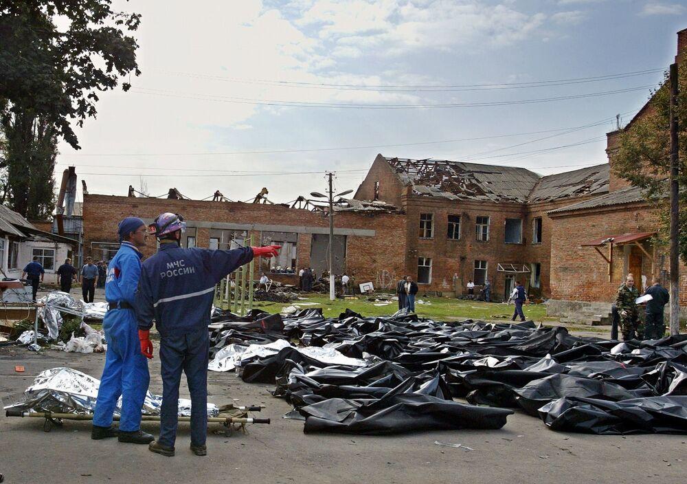 Rimangono dubbi su come i ribelli riuscirono a far penetrare le armi all'interno della scuola (in ristrutturazione nell'estate del 2004).