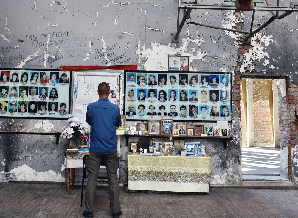 A Beslan si ricordano le vittime della tragedia consumata tra il 1° e il 3 settembre 2004, quando i terroristi presero in ostaggio una scuola locale.