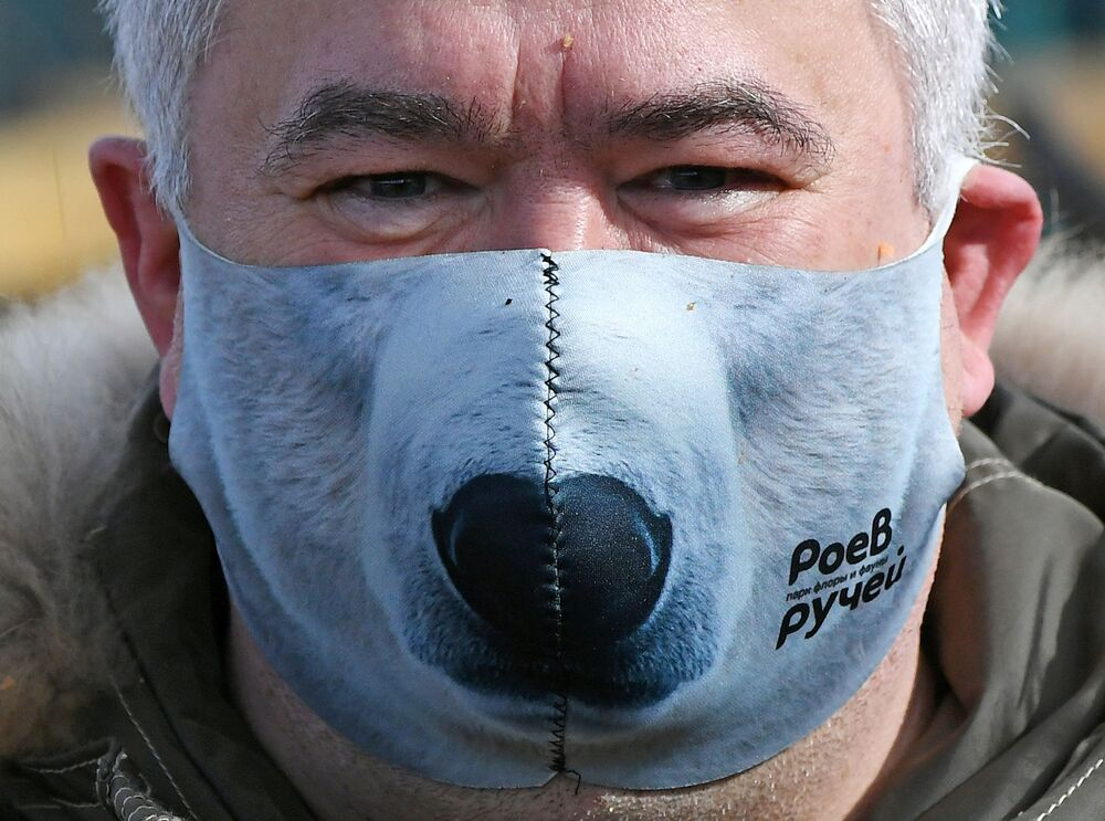 Direttore del Parco della flora e della fauna Roev Ruchey Andrey Gorban in una maschera protettiva creativa