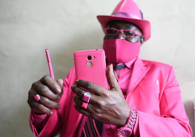 Il fashionista keniota James Mwangi Maina a Nairobi, il 25 agosto 2020