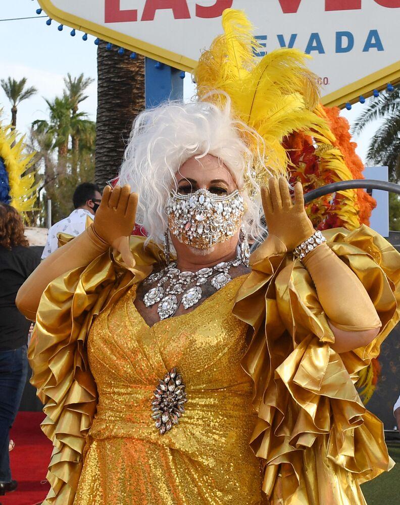 Un artista partecipa alla sfilata a Las Vegas