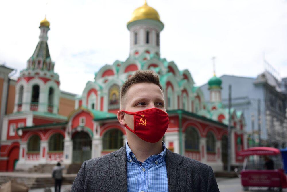 Un uomo con una mascherina protettiva con il simbolo dell'URSS a Mosca, Russia