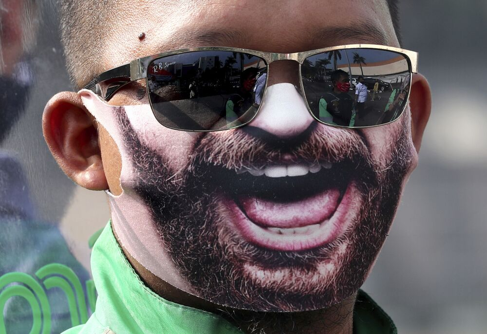 Uomo in una mascherina protettiva creativa a Tangerang, Indonesia