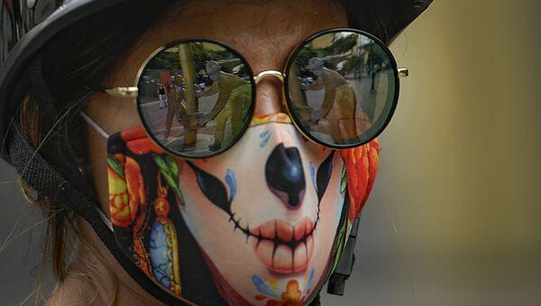Девушка в солнцезащитных очках и креативной защитной маске для лица против коронавируса в Каракасе, Венесуэла - Sputnik Italia