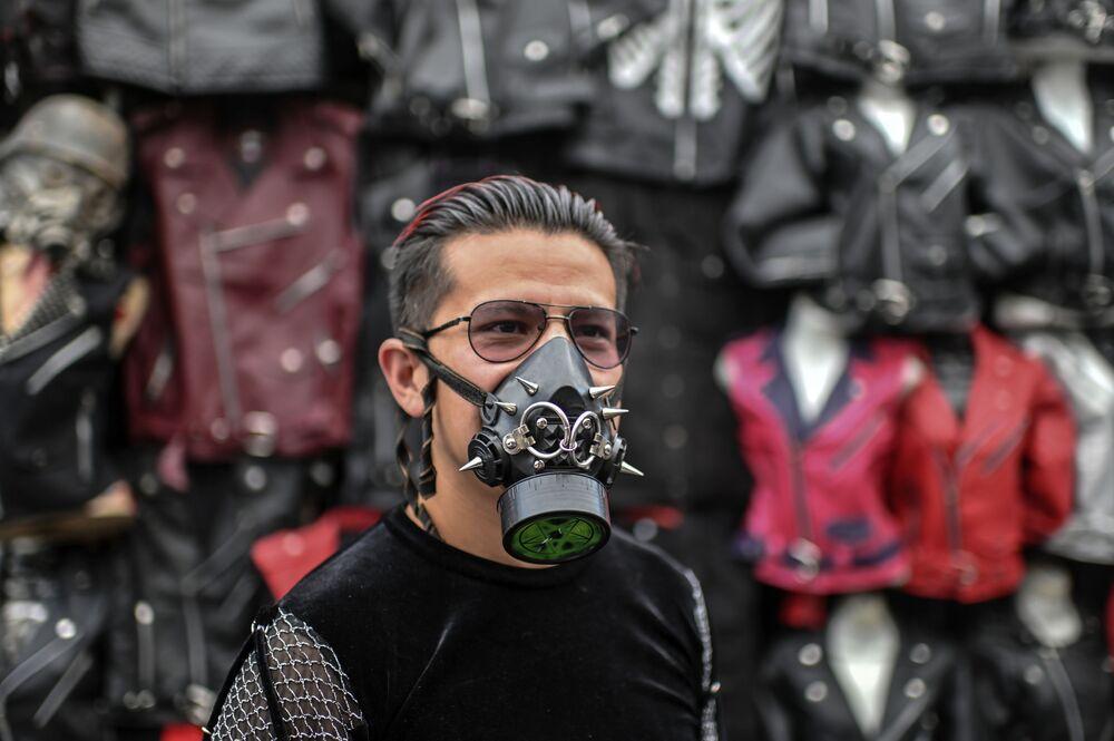 Un uomo che indossa una mascherina protettiva creativa con rivetti al mercato di El Chopo a Città del Messico