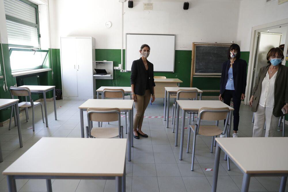 Virginia Raggi a scuola a Roma prima dell'inizio dell'anno scolastico