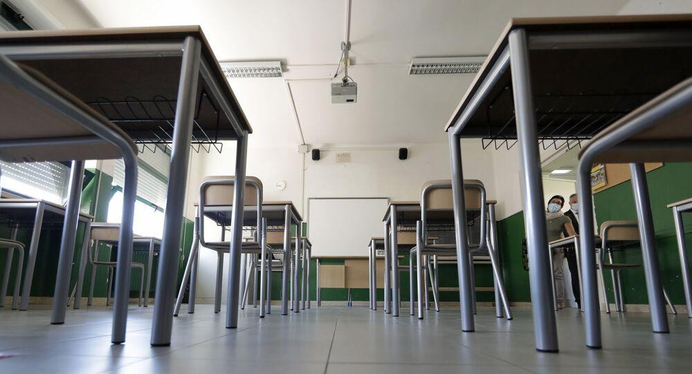 Una scuola con banchi a Roma, Italia