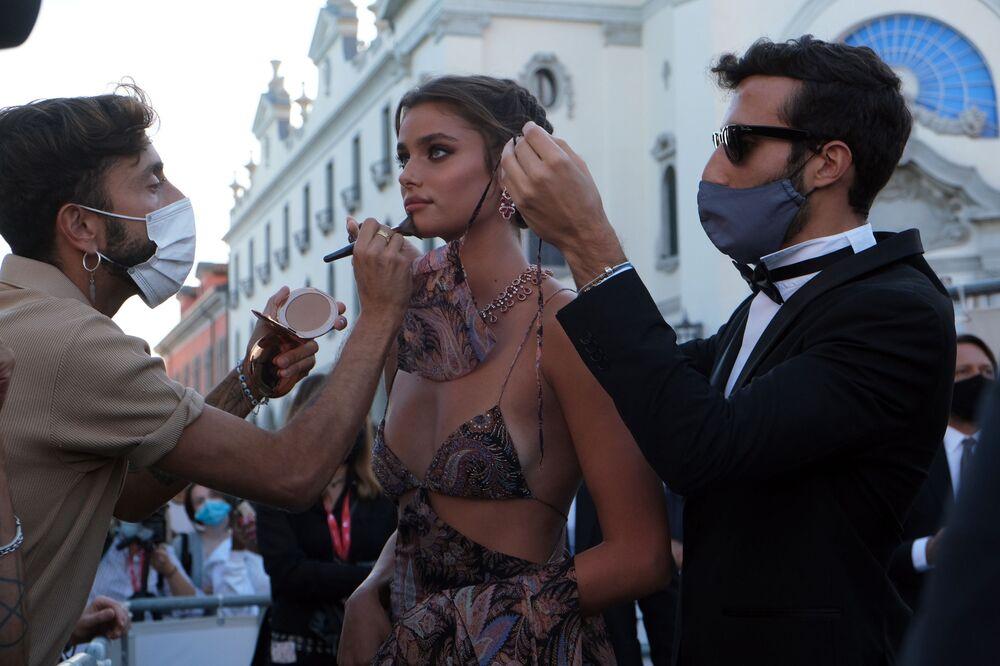 La supermodella Taylor Hill partecipa alla cerimonia di apertura della 77° Mostra Internazionale del Cinema di Venezia a Venezia, Italia, 2 settembre 2020.