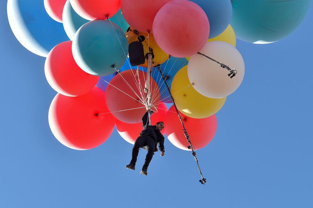 Incredibile impresa, quella dell'llusionista David Blaine che aggrappato a 52 palloni pieni di elio, ha sorvolato raggiungendo circa i 7mila metri di altitudine, il deserto dell'Arizona, il 2 settembre 2020