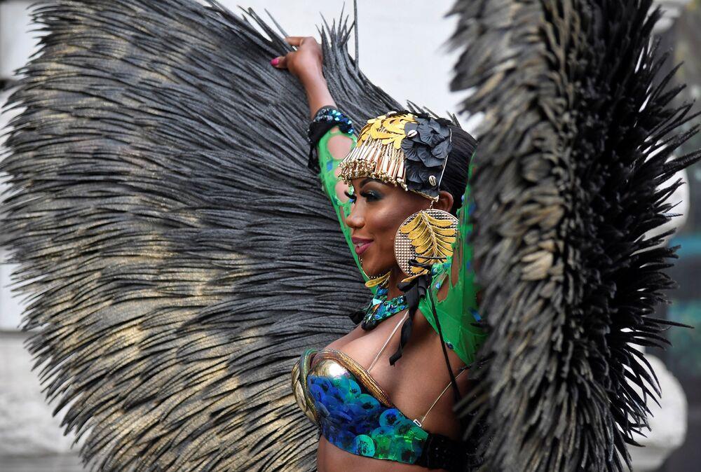 Una ballerina di soca caraibica mostra il suo costume mentre promuove il primo carnevale di Notting Hill digitale, in seguito alla cancellazione dei normali festeggiamenti del Carnevale a causa della continua diffusione della malattia da coronavirus (COVID-19), Londra, Gran Bretagna, il 28 agosto 2020.