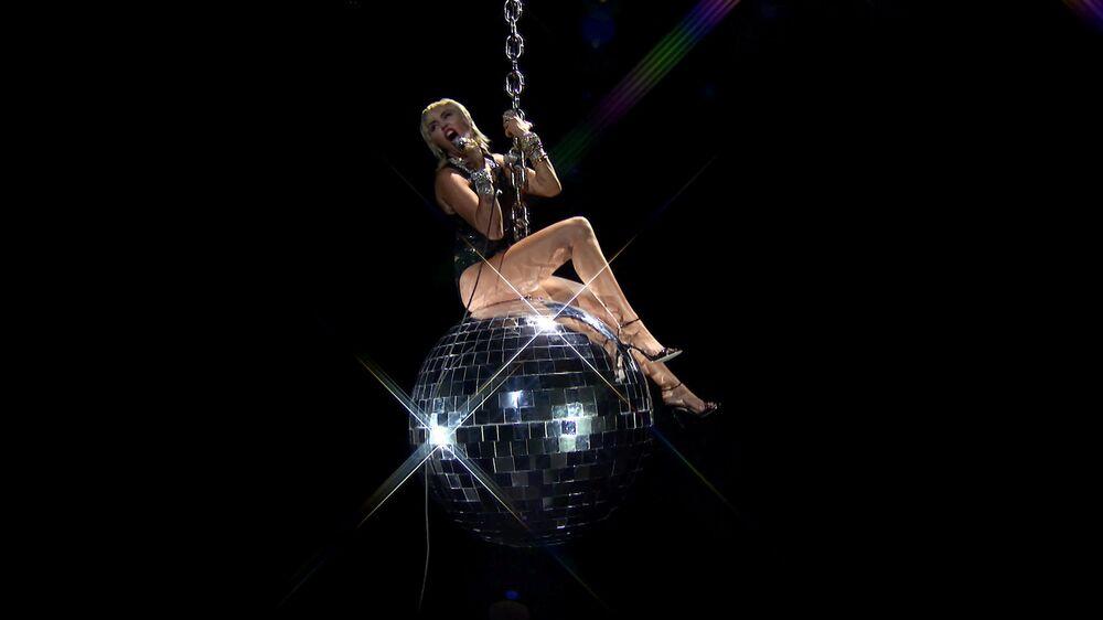 Miley Cyrus esibisce durante MTV Video Music Awards 2020