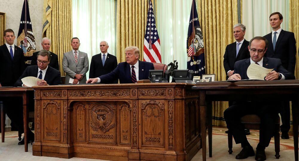 Il presidente statunitense Donald Trump con il presidente serbo Aleksandar Vucic e il premier kosovaro Avdullah Hoti