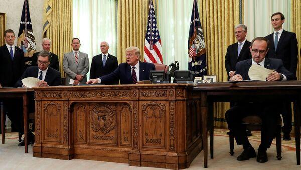 Il presidente statunitense Donald Trump con il presidente serbo Aleksandar Vucic e il premier kosovaro Avdullah Hoti - Sputnik Italia