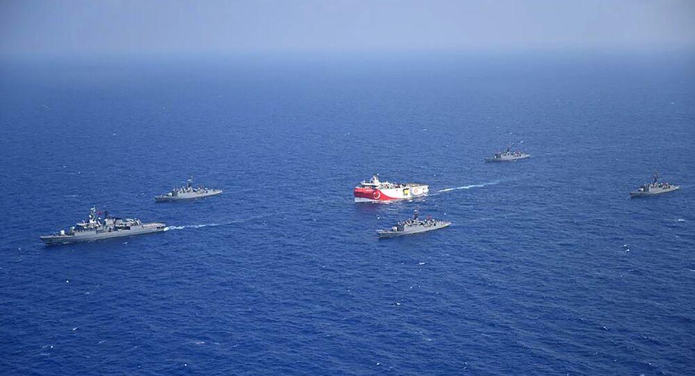 Questa fotografia rilasciata dal Ministero della Difesa turco il 12 agosto 2020, mostra la nave di ricerca sismica turca 'Oruc Reis' (C) mentre è scortata da navi della marina turca nel Mar Mediterraneo, al largo di Antalyaon, 10 agosto 2020