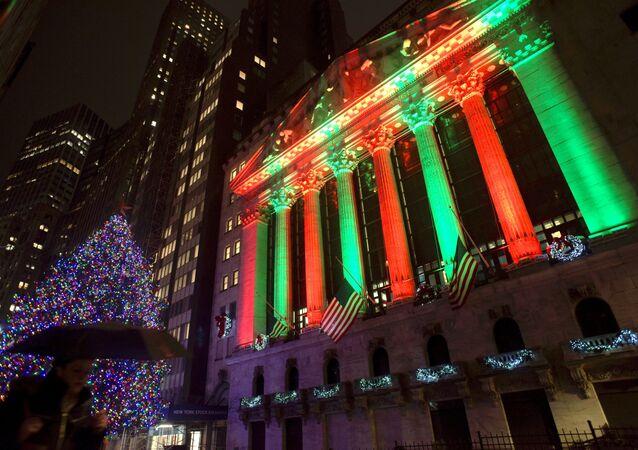 Wall Street illuminata durante le festività natalizie