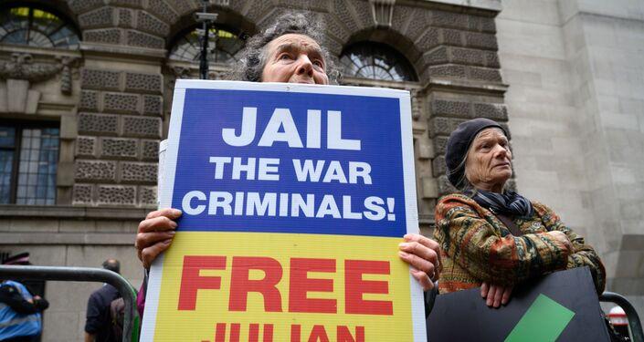 Con i suoi sostenitori all'esterno del tribunale Old Bailey che alzano cartelli secondo cui il procedimento in corso è una grave repressione della libertà di stampa, riprende stamane nella capitale britannica il processo per l'estradizione di Julian Assange negli Stati Uniti.