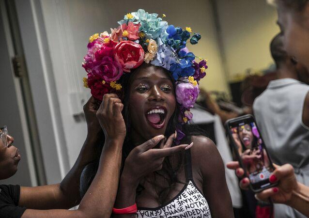 Una truccatrice con una modella durante una sfilata di moda, Brooklyn Museum, giovedì 5 settembre 2019, New York