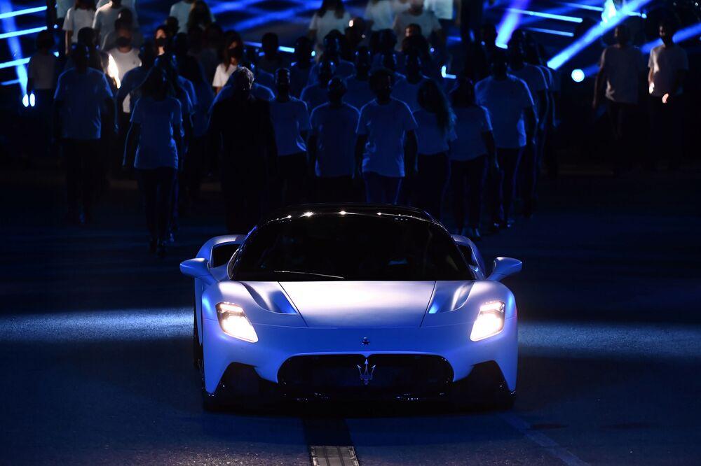 """Oltre 325 km/h di velocità massima, da 0 a 100 km/h in meno di 2,9 secondi e da 0 a 200 km/h in a 8,8 secondi sono il risultato di un peso inferiore a 1.500 kg e del nuovo motore battezzato """"Nettuno""""."""