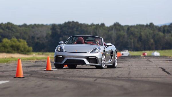Chloe Chambers al volante di una Porsche 718 Spyder - Sputnik Italia