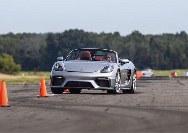 Chloe Chambers al volante di una Porsche 718 Spyder