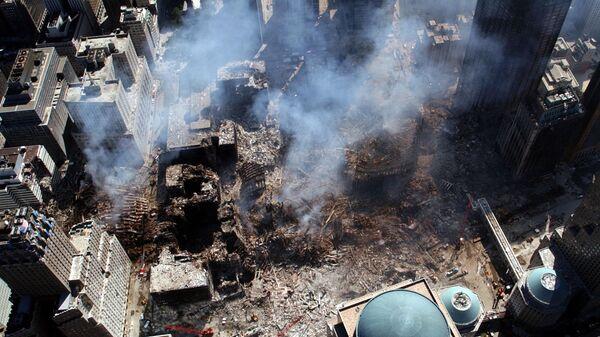 Вид сверху на разрушения на месте атакованного Всемирного торгового центра 11 сентября в Нью-Йорке  - Sputnik Italia
