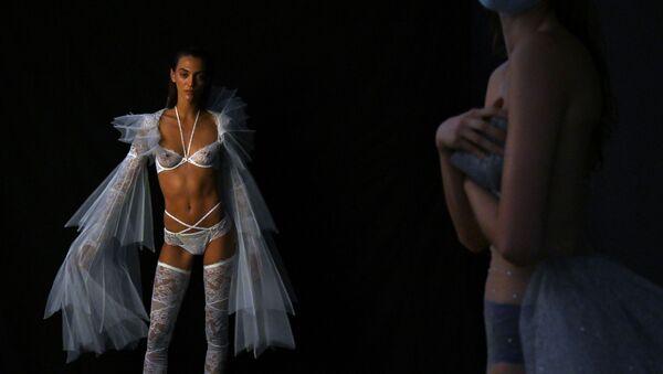 Modelle presentano la collezione del designer spagnolo Andres Sarda alla Mercedes Benz Fashion Week di Madrid. - Sputnik Italia