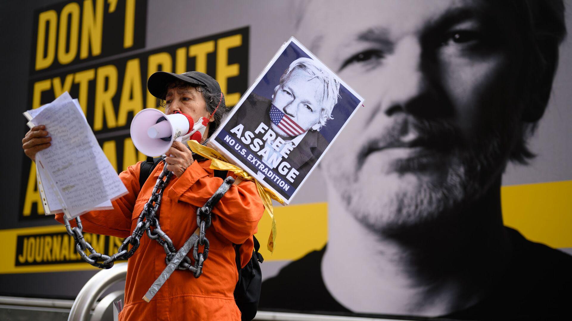Сторонница Джулиана Ассанжа на митинге против экстрадиции Джулиана Ассанжа в Лондоне, Великобритания - Sputnik Italia, 1920, 27.07.2021