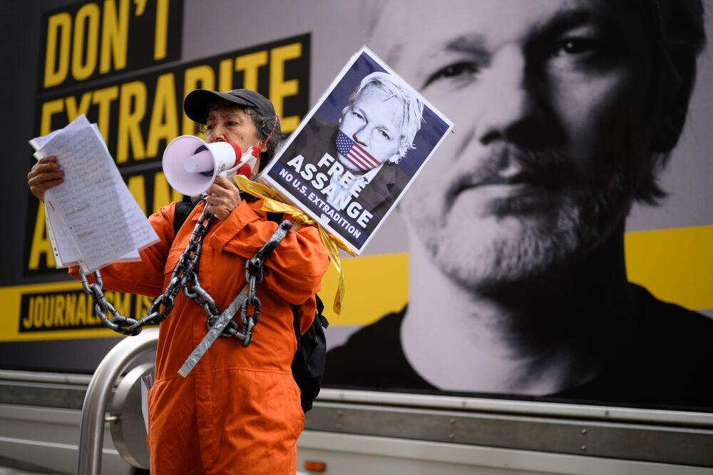 Sostenitrice di Julian Assange al corteo contro l'estradizione di quest'ultimo a Londra.