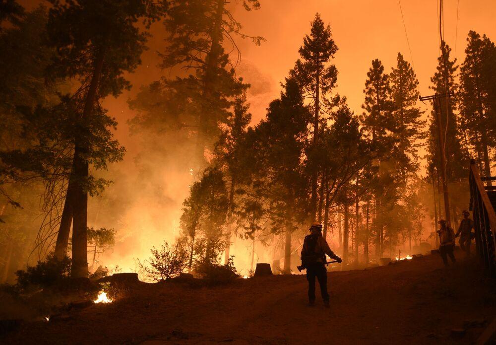 Vigili del fuoco americani sul luogo del vasto incendio in California.