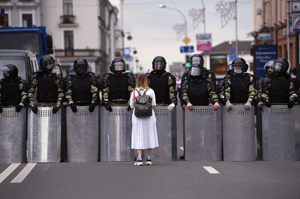 Una partecipante ad una manifestazione non autorizzata dell'opposizione bielorussa a Minsk.